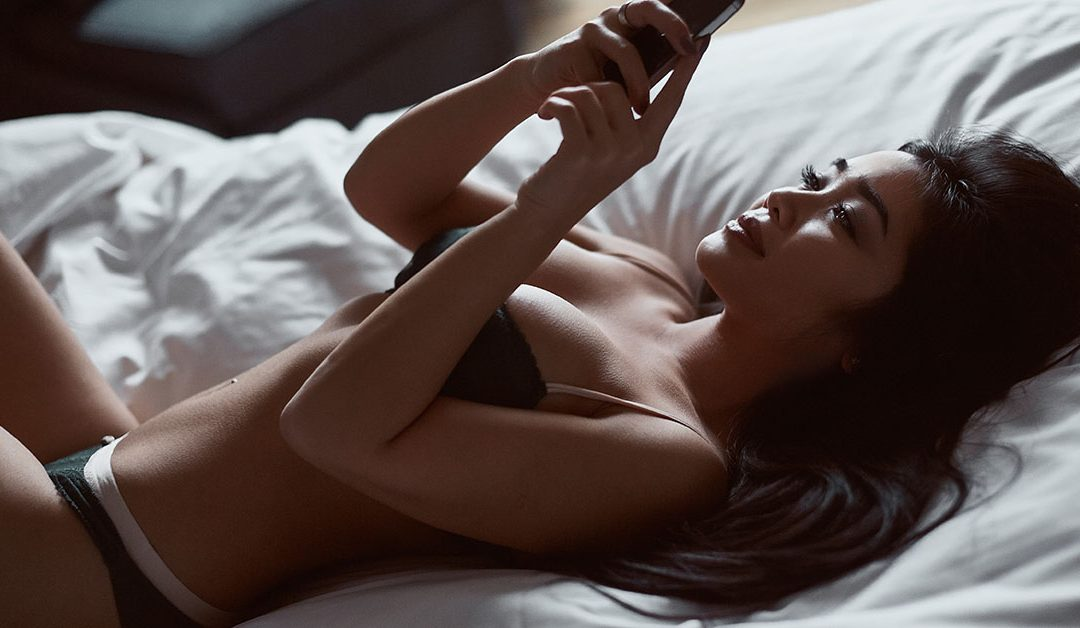How to turn a girl on with text messages – Do this 4 things